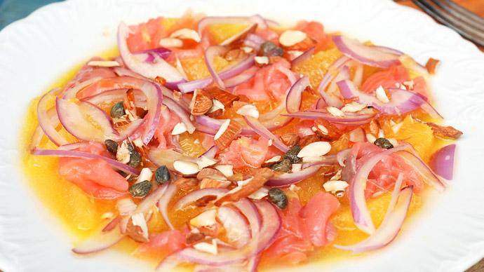 Сицилийский салат с апельсинами, сладким луком и копченым лососем