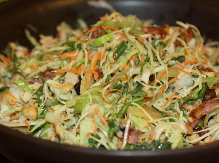 Салат из капусты с беконом и лесными орехами