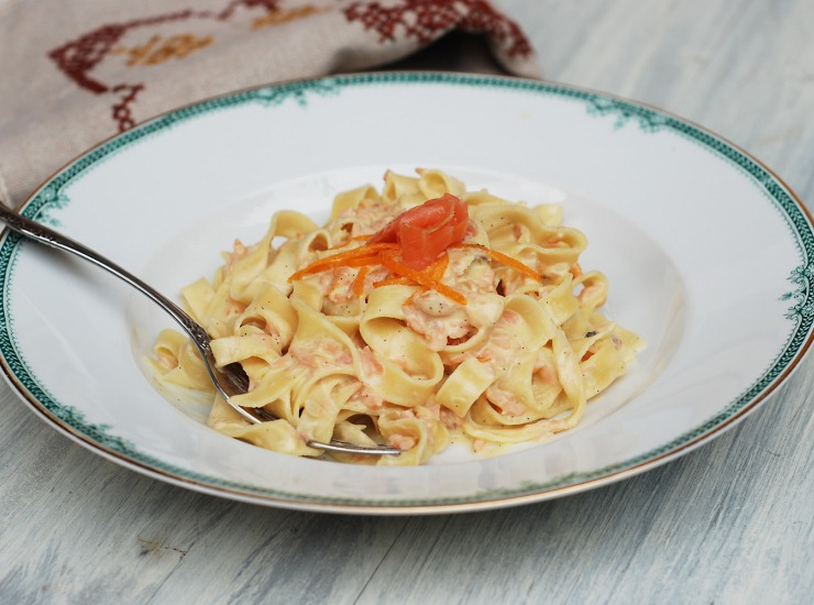 Тальятелле с копченым лососем, апельсином, ванилью и ромом