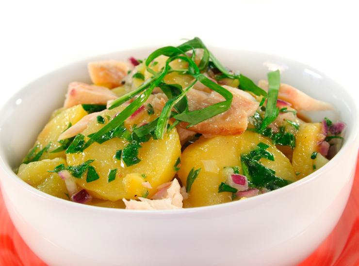 Салат с копченым угрем и молодым картофелем под зеленой сальсой