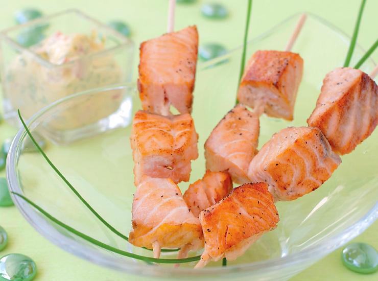 Шашлычки из лосося с белым соусом
