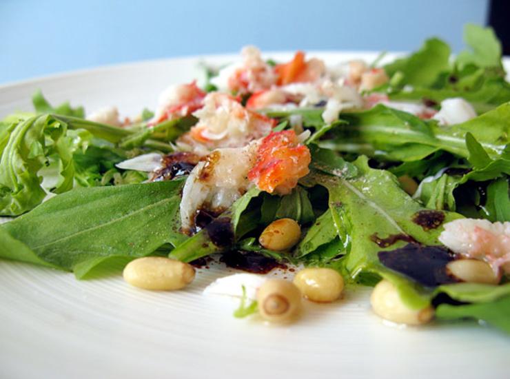 Салат из рукколы, кедровых орешков и крабов