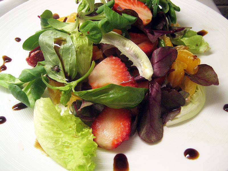 Легкий салат с клубникой и бальзамическим уксусом