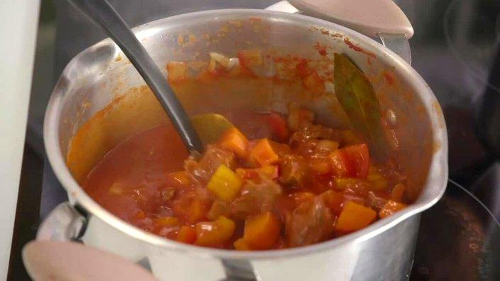 Гуляш в томатном соусе