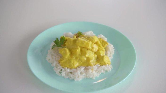 Курица в соусе карри с ананасами и рисом