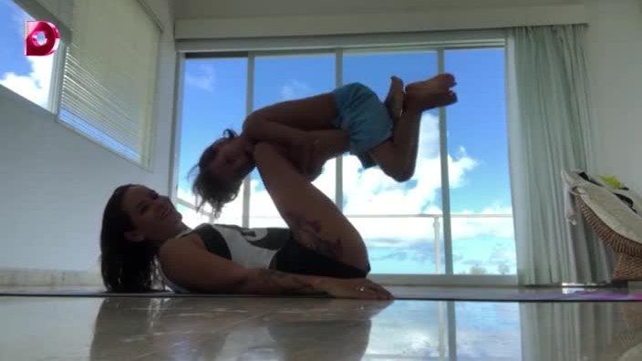 Айза Анохина фитнес-мама: занятия с ребенком