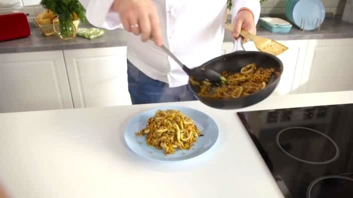 Кальмары с овощами и гречкой